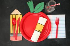 Back to school table settings with free printables - A girl and a glue gun Back To School Breakfast, Back To School Party, 1st Day Of School, School Parties, School Fun, School Style, School Daze, School Treats, School Gifts