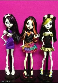 i LOVE monster high! i have 28 rare and non-rare monster high dolls total!!!!! :)