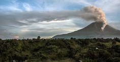 10.jun.2015 - Em erupção há uma semana, o vulcão Sinabung expele cinzas e fumaça. A atividade vulcânica obrigou a evacuação de uma comunidade com cerca de 3.000 pessoas em seus arredores, na ilha de Sumatra, na indonésia Imagem: Sutanta Aditya/AFP