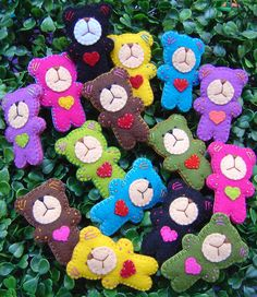 love these felt bears - would make great keyrings :) Cute Crafts, Crafts For Kids, Fabric Crafts, Sewing Crafts, Craft Projects, Sewing Projects, Crochet Amigurumi, Operation Christmas Child, Felt Patterns
