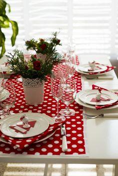 Es muss nicht immer Gold oder Silber sein: Die rotgepunktete #Tischdeko verleiht der Tafel etwas frisches, die roten Tannenbäume erinnern an das Fest.