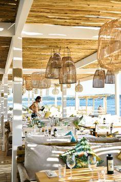 Saint Tropez : adresses déco, plages et restaurants - Beach Restaurant Design, Decoration Restaurant, Deco Restaurant, Restaurant Vintage, Diy Pergola, Pergola Plans, Pergola Carport, Small Pergola, Saint Tropez