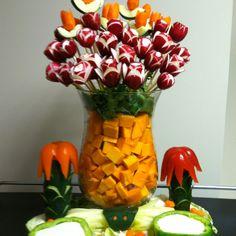 Edible Vegetable Arrangement Veggie Platters, Food Trays, Edible Arrangements, Flower Arrangements, Food Centerpieces, Vegetable Bouquet, Edible Bouquets, Fruit And Veg, Edible Art