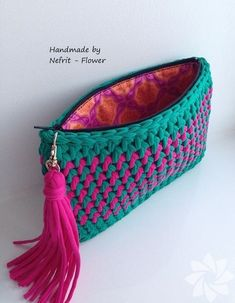 Handmade T-Shirt Bag Crochet This Pin was discovered by Sab How to a baby for beginners - Salvabrani Discover thousands of images about charming crochet clutch - this is just the cutest little purse! a knit and crochet community Crochet Diy, Love Crochet, Crochet Crafts, Crochet Projects, Crochet Ideas, Beautiful Crochet, Crochet Clutch Bags, Crochet Wallet, Crochet Handbags