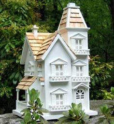 Victorian Manor Bird House -- And this birdhouse is just the opposite of the previous pin. Both are beautiful in their own ways.