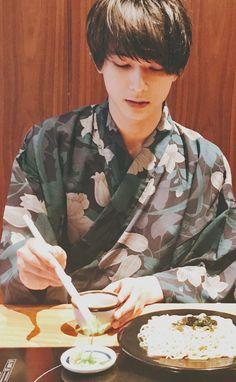 吉沢さん。さんはInstagramを利用しています:「眼鏡外して、萌え袖、上目遣いってファンを殺す気か🙀 #吉沢亮 #吉沢亮好きな人と繋がりたい #サバイバルウェディング #ママレードボーイ #銀魂 #銀魂2 #イケメン #俳優 #配信」 Ryo Yoshizawa, Beyond Beauty, Japanese Boy, Boy Photos, How To Draw Hair, Japanese Artists, Japan Fashion, Actor Model, Good Looking Men