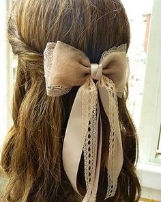Beautiful hair bow, I love how it looks Vintage Girly Hairstyles, Pretty Hairstyles, Hairstyle Ideas, Wedding Hairstyle, Summer Hairstyles, Twisted Hair, Hair Day, Her Hair, Hair And Nails
