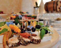 Serdecznie zapraszamy na nasze przyjęcia. Organizujemy tradycyjne przyjęcia, a także bankiety i catering podczas przyjęć, otwarć lokali, targów i konferencji.