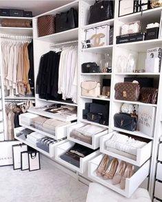 Closet feminino: 60 propostas para organizar as roupas com estilo - Stylish clothes Walk In Wardrobe, Walk In Closet, Closet Space, Ikea Wardrobe, Modern Wardrobe, Bedroom Wardrobe, Wardrobe Doors, Master Bedroom, Modern Bedroom