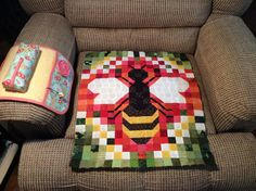 bee quilt, nice sewing kit on the armrest too.  179_n.jpg 960×716 pixels