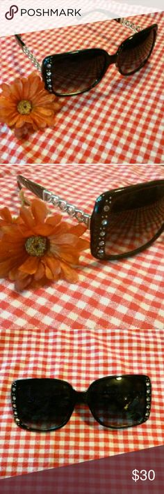 JUST IN!! TWIST SIDE SUNNIES!! Absolutely beautiful and stylish sunglasses! Eye catching rhinestone accents and a stunning twisted metal side. Offers up to 100% UV protection, extremely durable polycarbonate lenses and a sexy look. Its a must have for summer! Accessories Sunglasses