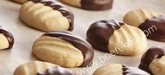 Smelt in die mond lekker – (maak Bestanddele sagte botter 120 ml versiersuiker, gesif 700 ml Bruismeel tl sout 20 ml melk blok melksjokolade, oor dubbel koker of in mikrogo… Kos, Biscuit Cookies, Biscuit Recipe, Cake Cookies, Baking Recipes, Cookie Recipes, Dessert Recipes, Baking Desserts, Ma Baker