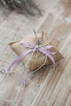 Μπομπονιέρα γάμου μαξιλαράκι λινάτσας με αποξηραμένη λεβάντα