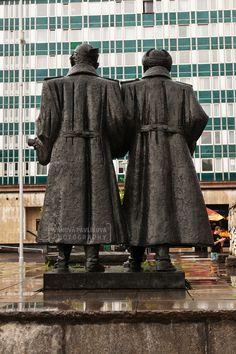 Sculpture - partisan and soldier (Vsetín, Námestie Slobody)
