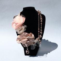 Ręcznie wykonany naszyjnik z kwiatów i supełkowanych pereł muszlowych.