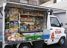 (行動超市可乘載高達1,200項商品,提供老人多元的購物選擇。來源:事業構想大學院大學)