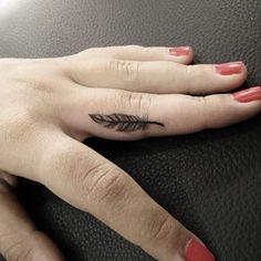 small feather tattoo finger Petite plume côté extérieur du poignet