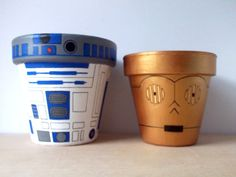 Star Wars Droid Painted Flower Pots, love this geeky green thumb craft. Painted Flower Pots, Painted Pots, Star Wars Birthday, Star Wars Party, Clay Pot Crafts, Diy Crafts, Aniversario Star Wars, Star Wars Crafts, Star Wars Room