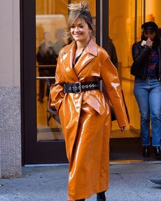 #RitaOra lleva el patent leatheral siguiente nivel con untrench en tonalidad vibrante acinturado con unstatement belt para nuestro #lookdeldia. via GRAZIA MEXICO MAGAZINE official Instagram - #Beauty and #Fashion Inspiration - Beautiful #Dresses and #Shoes - Celebrities and Pop Culture - Latest Sales and Style News - Designer Handbags and Accessories - International Advertising Campaigns - Gifts and Bargain #Shopping Guide - Famous Luxury Brands on Instagram - Trendsetters Fashionistas and…