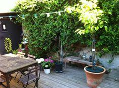 Petite terrasse en bois aménagée pour des repas en plein air