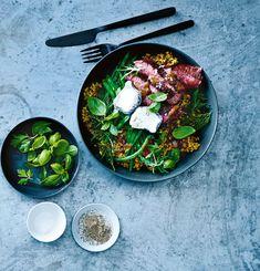 salade met freekeh, biefstuk en geitenkaas