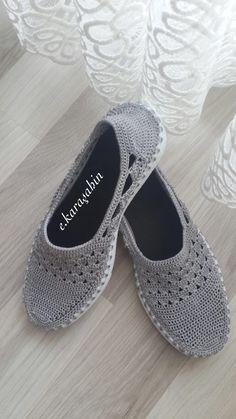 Venezia Slippers pattern by Sophie and Me-Ingunn Santini Crochet Slipper Boots, Crochet Sandals, Knit Shoes, Crochet Shoes, Crochet Slippers, Crochet Dolls, Sock Shoes, Knitting Socks, Baby Knitting