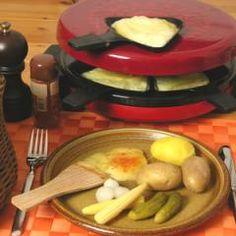 Dieses Raclette wird mit Pellkartoffeln, Cornichons und Essigzwiebelchen serviert. Eine klassische Mischung zum Immer-wieder-Genießen! DasKochrezept.de #raclette #fondue #rezepte Raclette Recipes, Raclette Party, Raclette Fondue, Toast Hawaii, Types Of Cheese, Melted Cheese, Italian Dishes, Dairy, Meat