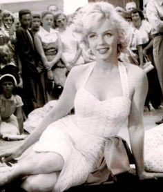 "Marilyn Monroe at Graumens, getting her foot & hand prints put in cement. For ""Gentlemen Prefer Blondes"" June 1953 along with Jane Russell. Marilyn Monroe Makeup, Marilyn Monroe Photos, Hollywood Actresses, Actors & Actresses, Gentlemen Prefer Blondes, Norma Jeane, Forever, Vintage Hollywood, Most Beautiful Women"