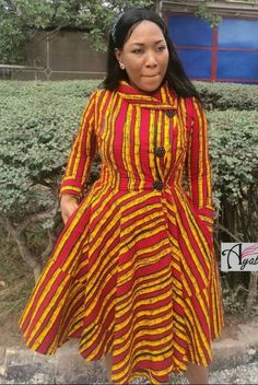 Be simple and stylish Latest African Fashion Dresses, African Dresses For Women, African Print Dresses, African Print Fashion, African Attire, Ankara Short Gown Styles, Short Gowns, Dress Styles, African Blouses