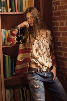 Kristina Romanova: La guapísima protagonista del clip Wake me up de AVICII repite como abanderada de la firma: con top de flores y ripped jeans.