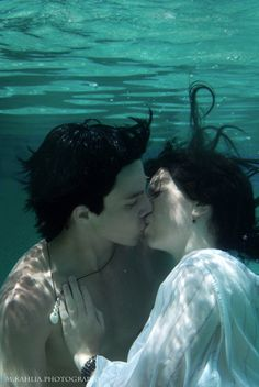 Mermaid and merman photoshoot idea maybe? Underwater Kiss, Underwater Photoshoot, Underwater Photography, Underwater Quotes, Underwater Drawing, Couple Photography Poses, Portrait Photography, Photography Tips, Street Photography
