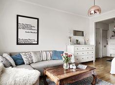 Inspiración Deco: BLANCO Y GRIS en un apartamento de inspiración nórdico Decor, Furniture, Living Room, Home, Interior, Couch, Sectional Couch, Home Decor, Room