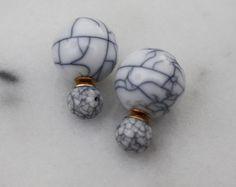 Les boucles doreilles boule de fil dor La petite boule est de 7 mm de diamètre et grosse boule est de 14 mm de diamètre Le morceau parfait état Chaque paire de boucles doreilles est joliment emballé dans une boîte