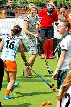 Amstelveen heeft de 1e Koningsdag op 26 april 2014. Hockey is favoriet in Amstelveen, zo te zien ook bij de koningin. Zelfs op hoge hakken!