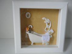 Quadro para banheiro, com fundo em tecido, peças em resina e vidro na frente. R$ 75,00