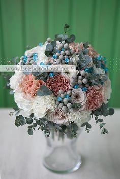 Белый букет с кремовыми ранункулюсами, серой брунией, эвкалиптом, бирюзовыми бусинами пудрового цвета розами и гвоздиками