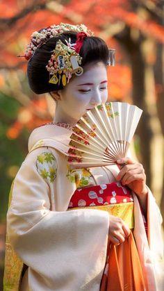 Les coiffures de geisha.  Vêtements et style unique  #coiffures #geisha #style #unique #vetements Japanese Beauty, Japanese Fashion, Asian Beauty, Japanese Outfits, Geisha Kunst, Geisha Art, Japanese Kimono, Japanese Girl, Japan Tag