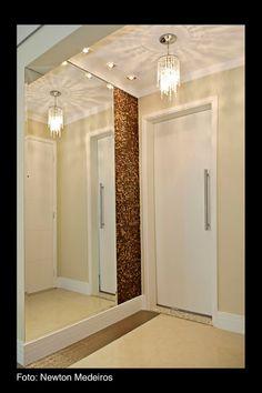 Olhaaaaa As luzes embutidas quadradinhas (3) e um pendente delicado e o espelho. Muito lindo né!