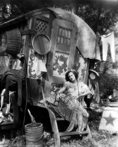 vintage roma caravan -- Joan Crawford in Dream of Love, 1928 Photos Vintage, Vintage Photographs, Old Photos, Gypsy Life, Gypsy Soul, Santa Sara, Hippie Vintage, Party Mottos, Gypsy Living