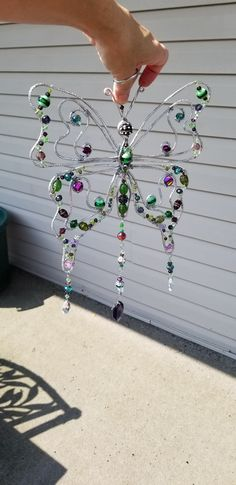 Beaded Wind Chimes Ideas – Wirewrapped beaded butterfly sun catcher – Beading and Clothes Beaded Crafts, Wire Crafts, Jewelry Crafts, Diy And Crafts, Arts And Crafts, Cd Crafts, Wire Wrapped Jewelry, Wire Jewelry, Wire Ornaments