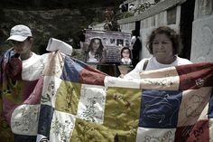 4. Las madres de las víctimas tejen la colcha de la memoria.  Crédito: Rodrigo Grajales.