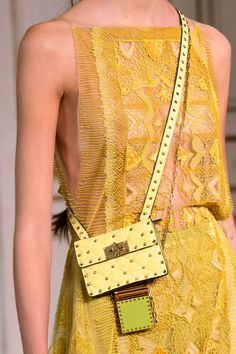 Valentino at Paris Fashion Week Spring 2017 - Details Runway Photos Paris Fashion, Fashion Bags, Fashion Jewelry, Womens Fashion, Fashion Trends, Runway Fashion, Dress Fashion, High Fashion, Valentino Paris
