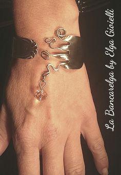 """Bracciale in acciaio realizzato con una forchetta e un cristallo pendente rosato Visita la pagina Facebook """"La Bancarelga by Elga Gioielli"""" Remember to like on my Facebook page """"La Bancarelga by Elga Gioielli"""" #gioielli #jewels #fattoamanoinitalia #fashion #handmade #madeinitaly #artigianato #madewithlove #madewithlove #fashion #pezziunici #pezziunicirealizzatiamano #posate #forchetta #forchetta #fork #pastryfork #forchettadadolce #bracelet #bracciale #braccialidonna #cristalli #crystal"""