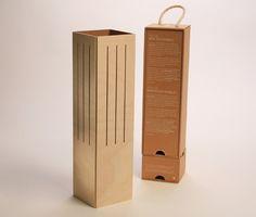 De Cavallum is een wijnverpakking voor Cava of andere wijn die eenvoudig omgevormd kan worden tot een stijlvolle lamp. Ecologisch relatiegeschenk. http://www.meesandmueller.com/product/cavallum-wijnverpakking-2/