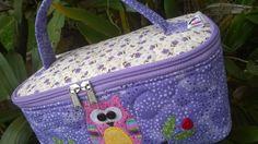 Vamos fazer uma bela frasqueira com bolsos internos. Adquira meus produtos pela loja virtual http://www.elo7.com.br/atelievidaminha Entre em contato pelo fac...