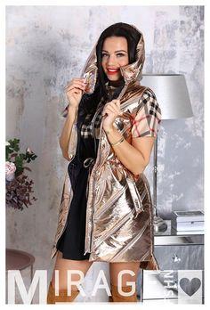Lassan itt a tavasz, végre elbúcsúzhatunk a nagykabáttól! Ideje beújítani néhány új mellényt, például ezt a Mirage Premuto rose goldot, amit normál is nagy méretben is megrendelhetsz! #nőiruha #nőiruhawebáruház #nőiruharendelés #mellény Lily, Sari, Rose Gold, Fashion, Saree, Moda, Fashion Styles, Orchids, Fashion Illustrations