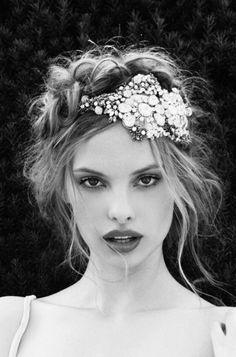 Fabuloso accesorio para un peinado de novia glam.
