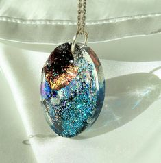 Resin and diferent shining materials, holographic glitter, golf leaf, pearls, pigments, acrilic skin. Handmade 100% Holographic Glitter, Resin, Golf, Pendant Necklace, Pearls, Handmade, Jewelry, Hand Made, Jewlery