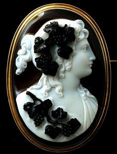 Exceptionnel camée en onyx, à cinq couches dont trois sculptées, représentant une ménade de profil à gauche, aux détails finement sculptés, en particulier dans le traitement des pampres de vigne et de la chevelure drapé. L'utilisation des couches est parfaite. Monté en broche en or.Parfait état. Italie, début du 19e siècle.VENDU