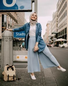 white top tucked in pastel blue pleated pants, oversized denim shirt as outerwear (pelin_sarkaya) - Hijab Clothing Ootd Hijab, Hijab Chic, Hijab Mode, Casual Hijab Outfit, Casual Outfits, Denim Top Outfit, Wide Pants Outfit, Hijab Jeans, Denim Blouse